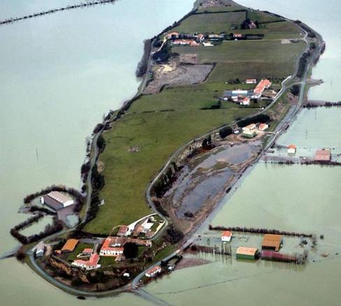 La pointe de l'Aiguillon envahie par les eaux au lendemain de la tempête.